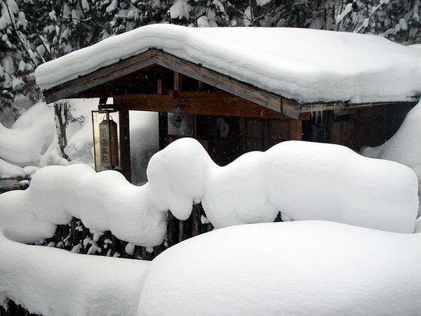 onsen around snow