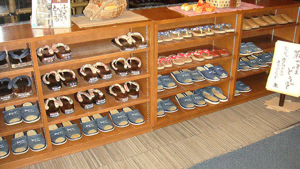 remove-your-shoes-at-onsen-386