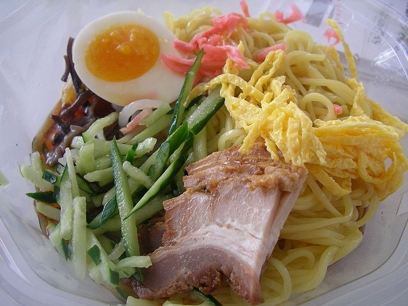 800px-Hiyashi_chuka_by_jetalone_at_a_7-Eleven_shop