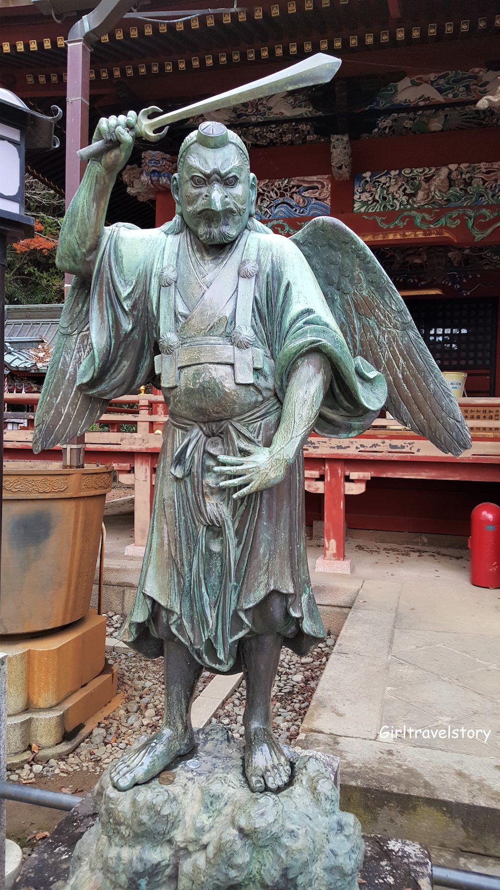 รูปปั้นเท็งกุ (Tengu) ซึ่งเป็นเทพอสุรกายที่เป็นที่รู้จักกันดีในตำนานของญี่ปุ่น มีใบหน้าแดงและจมูกโด่งแหลม