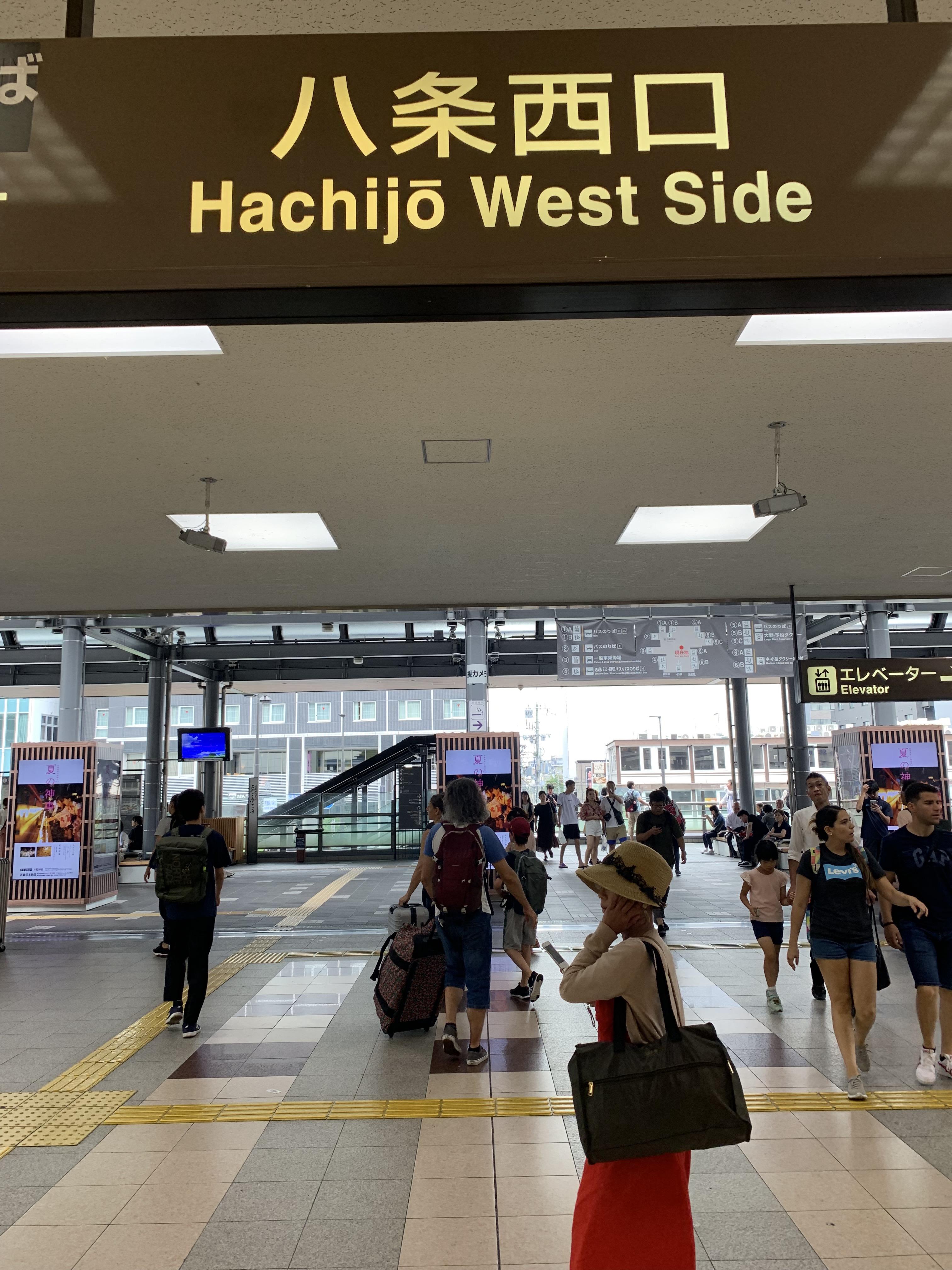 จุดขึ้น Kyoto Bus ที่ทางออก hachijo west sideสถานีเกียวโต