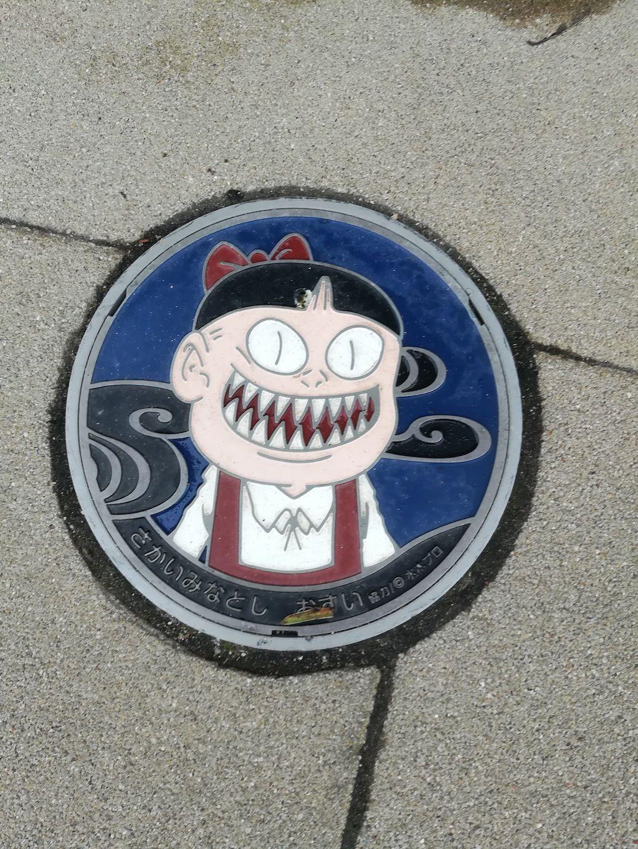 ฝาท่อบนถนนตกแต่งด้วยการ์ตูนผีน้อยคิทาโร่