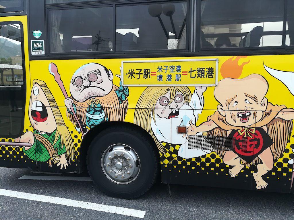 รถบัสนตกแต่งด้วยการ์ตูนผีน้อยคิทาโร่