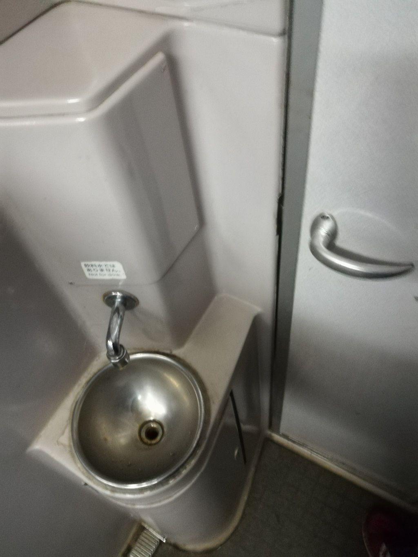 บนขบวนรถไฟมีห้องน้ำให้ใช้บริการ