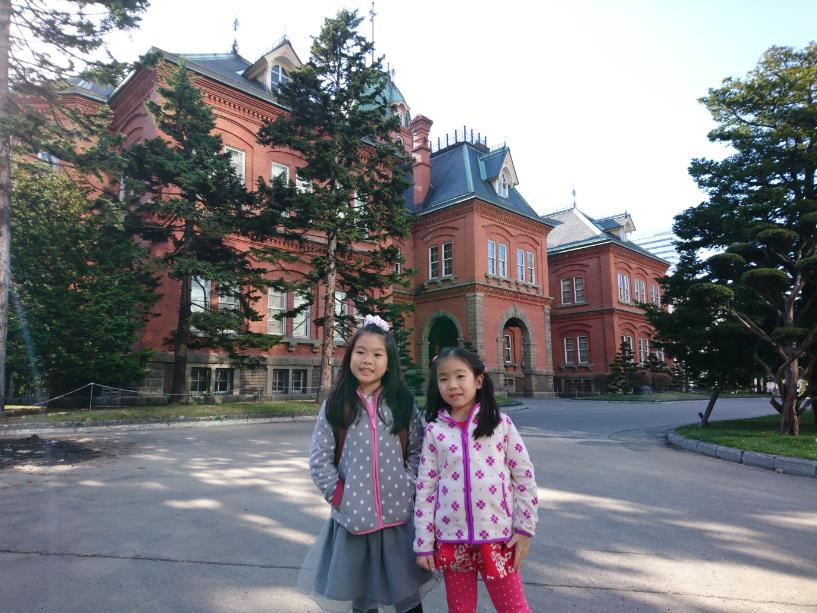 ตึกที่ทำการรัฐบาลเก่าฮอกไกโด (Former Hokkaido Government Office Building) หรือที่เราเรียกกันว่า ทำเนียบอิฐแดง