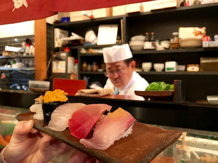 ร้านเอ็นโดซูชิ (Endo sushi)ถือเป็นร้านซูชิตำรับโอซาก้า ที่ตลาดปลาโอซาก้า