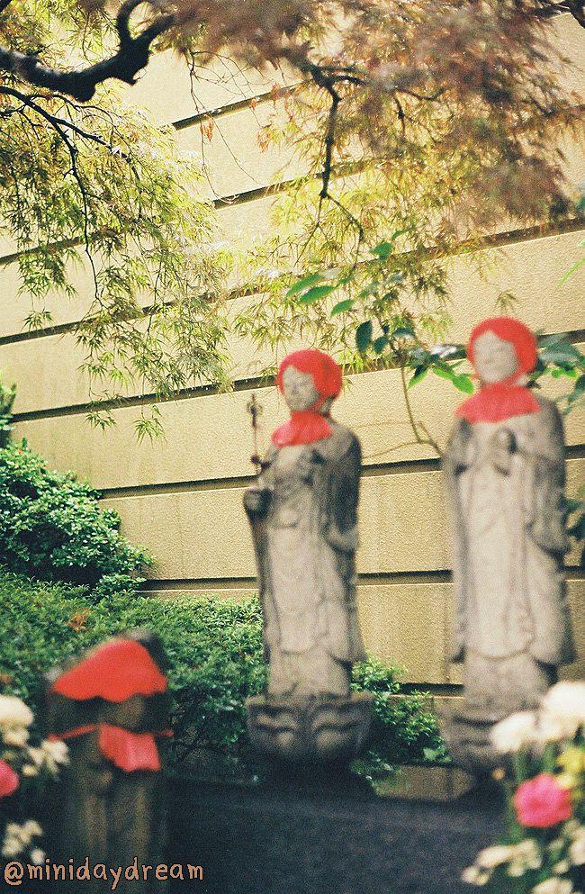 """""""ศาลเจ้าอาซาคุสะ"""" (浅草神社) เป็นศาลเจ้าชินโตที่มีชื่อเสียงที่สุดแห่งหนึ่งในโตเกียว และเป็นสถานที่จัดงานเทศกาลใหญ่ที่สุดงานหนึ่งของโตเกียว คือ เทศกาลซันจะ (三社祭) ซึ่งเป็นเทศกาลแห่เกี้ยวมิโคชิ (ที่สิงสถิตของเทพเจ้า)"""
