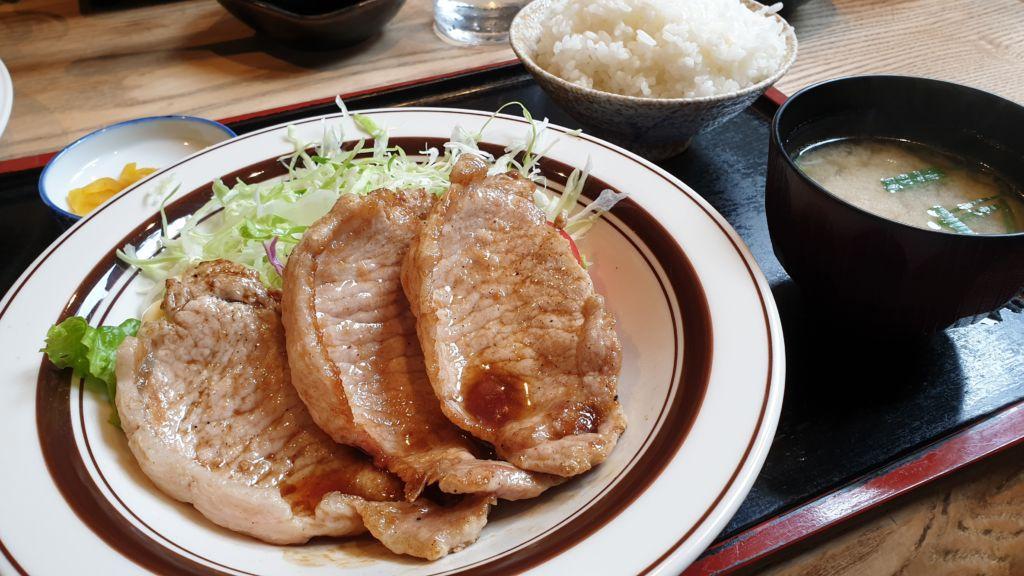 เซ็ตข้าวหมูย่าง ร้าน Kumagera แห่งเมือง Furano