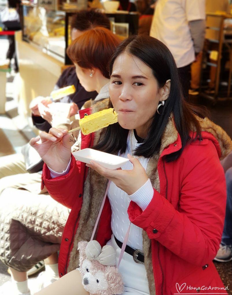"""ร้าน Yamacho ซึ่งขายแต่ไข่หวาน หรือที่เรียกว่า """"Tamagoyaki"""" พาไปกิน ไข่หวานเสียบไม้ย่างร้อน 100 Yen ร้านดังที่ Tsukiji Market , Tokyo"""