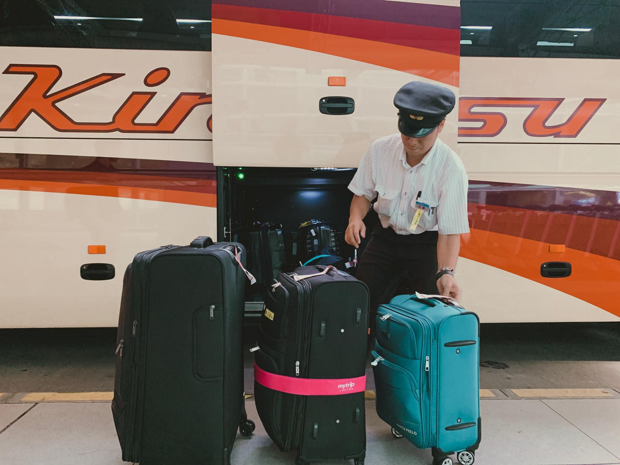 มีพนักงานช่วยขนย้ายกระเป๋าก่อนเดินทางด้วยรถ Kyoto Bus