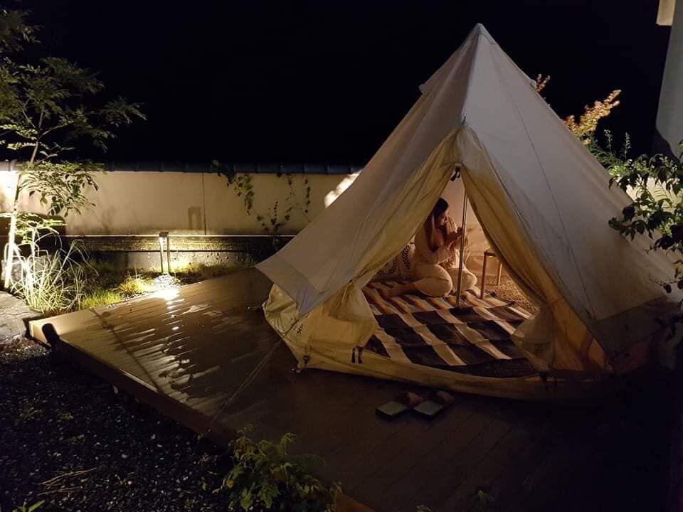 เต็นท์ริมระเบียงโรงแรม ONCRI เมืองฟุรุยุออนเซน จังหวัดซากะ