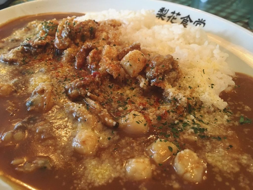 แกงกะหรี่หอยรวมโรยด้วยพาร์เมซานชีส ร้าน Rika Shokudo