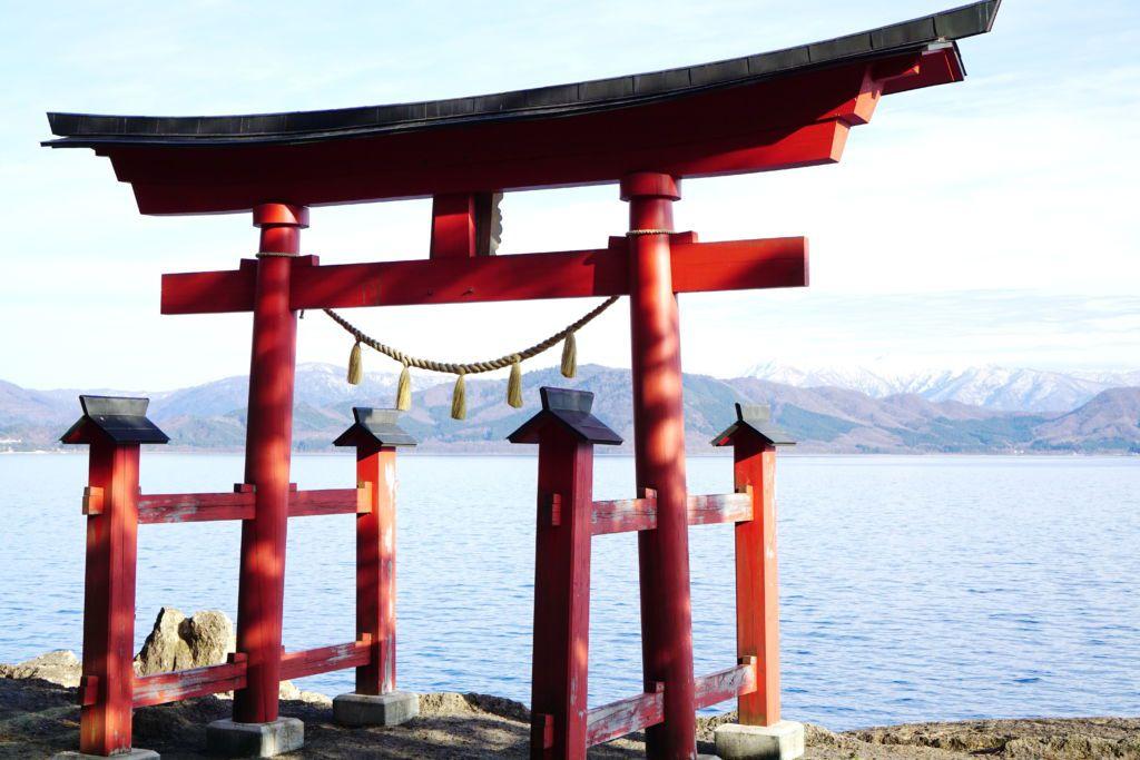ประตู Torii ศาลเจ้า Gozanoishi ริมทะเลสาบทาซาวาโกะ จังหวัดอากิตะ