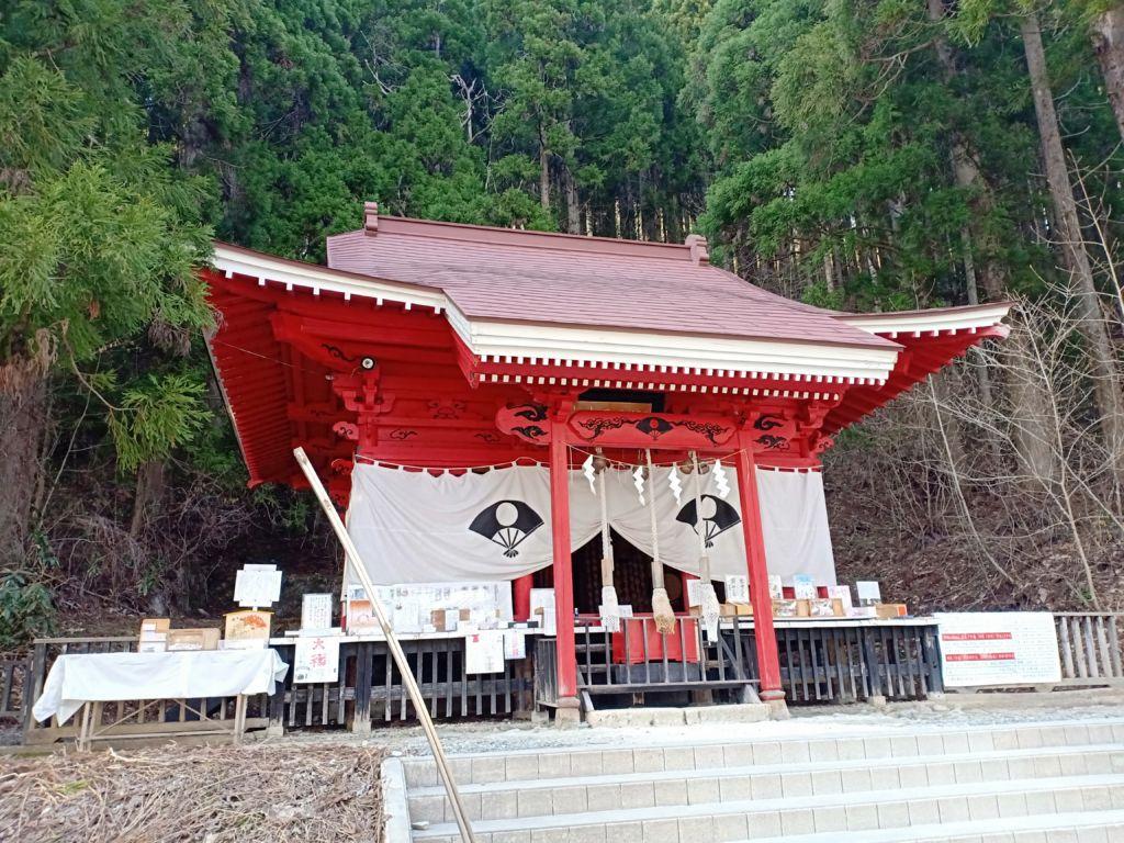 ศาลเจ้า Gozanoishi ริมทะเลสาบทาซาวาโกะ จังหวัดอากิตะ