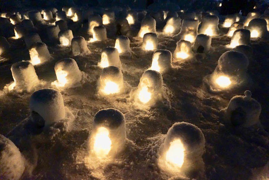 นักท่องเที่ยวจะสามารถมองเห็นบรรยากาศอันสวยงามของกระท่อมน้ำแข็งที่สร้างเรียงรายกันอยู่ทั่วพื้นที่ หรือสามารถมีส่วนร่วมในการสร้างกระท่อมคามาคูระได้ที่สวนสาธารณะโคเมียวจิ(Komyoji Park)