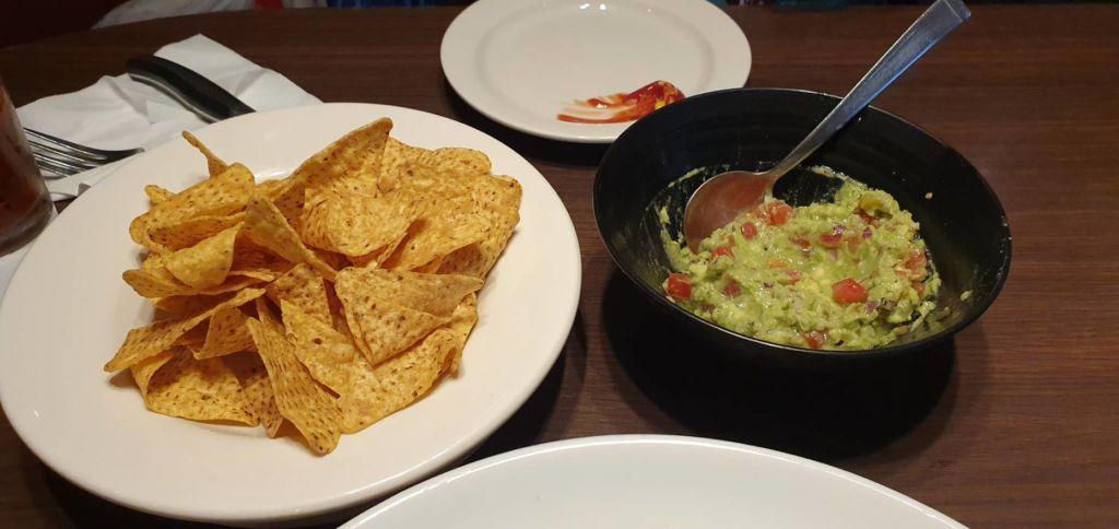 Chip & Guagamole ร้านอาหารอเมริกัน T.G.I. Fridays ที่ Ueno Tokyo