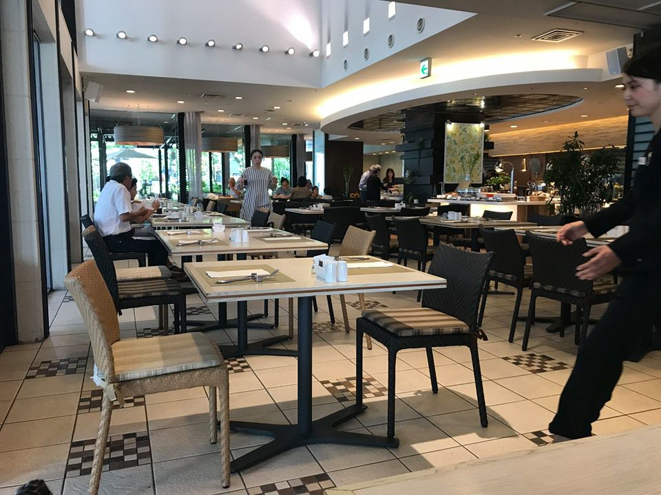บุฟเฟ่ต์มื้อเที่ยงที่ห้องอาหาร CROWNE CAFE ของโรงแรม ANA CROWNE PLAZA