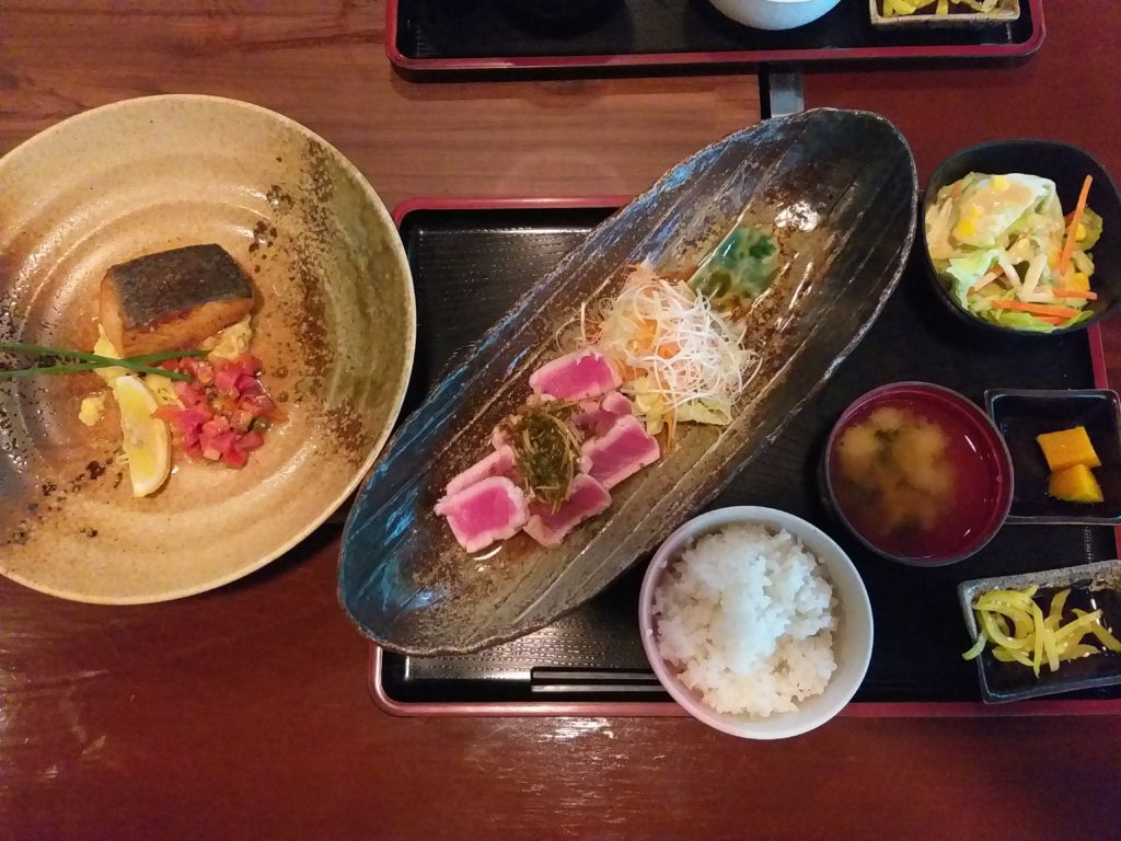 เซ็ตสเต๊กปลาแซลมอนกับปลาทูน่า Nanjya Monjya ร้านอาหารญี่ปุ่นในโรงแรม The Ascott Sathorn