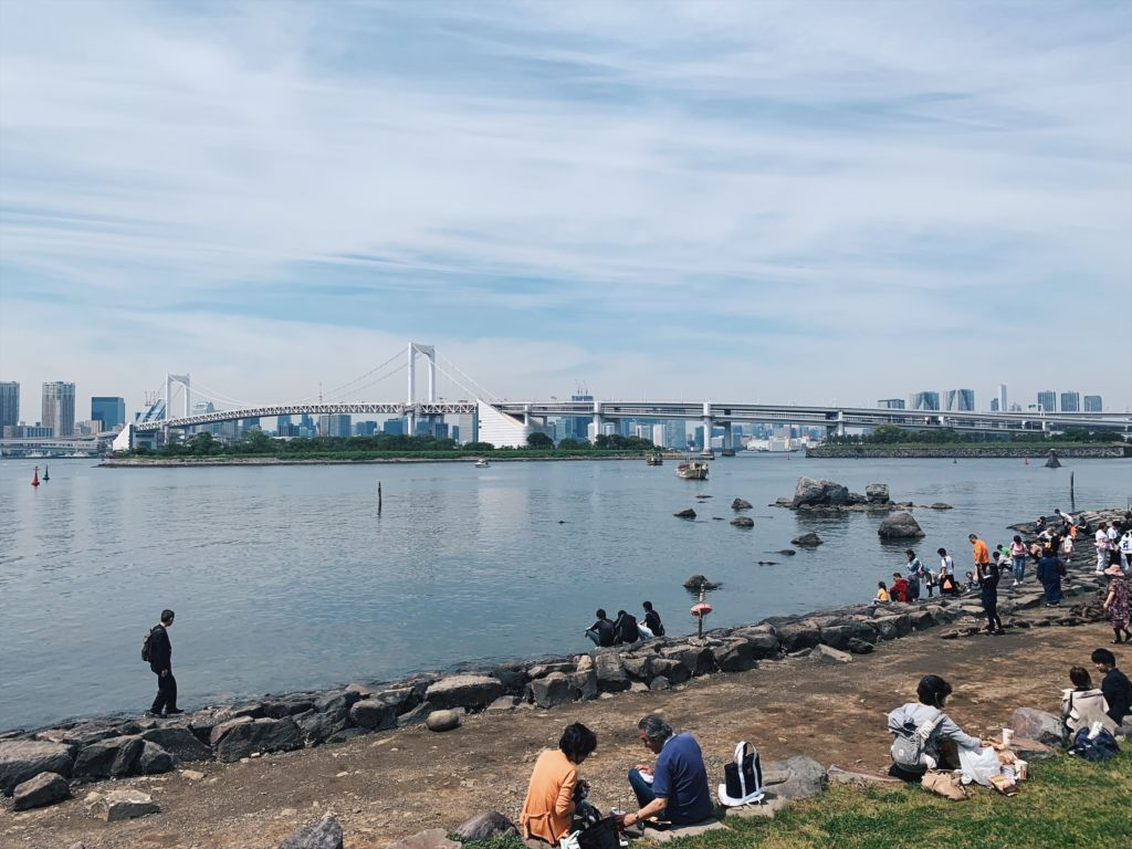 ริมอ่าวโตเกียวที่มีวิว Rainbow Bridge เป็นพื้นหลัง