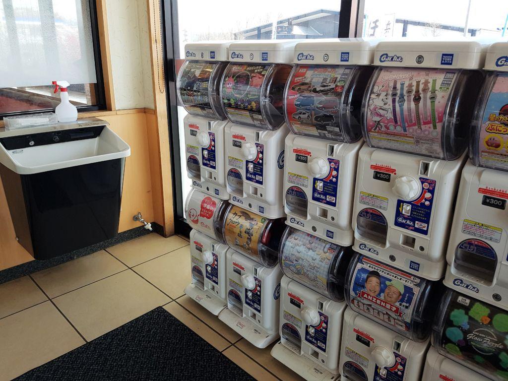 กาชาปองหน้าร้านกัปปะซูชิ (Kappa sushi) ซูชิสายพานราคาร้อยเยนในญี่ปุ่น