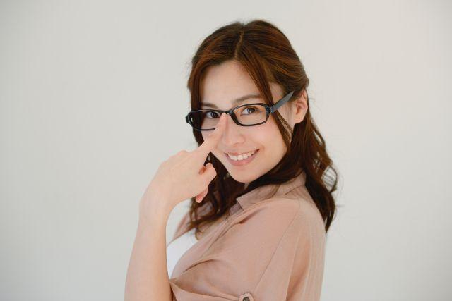 """ประเทศญี่ปุ่น""""ไม่อนุญาตให้ผู้หญิงสวมแว่นตา""""ขณะทำงาน"""